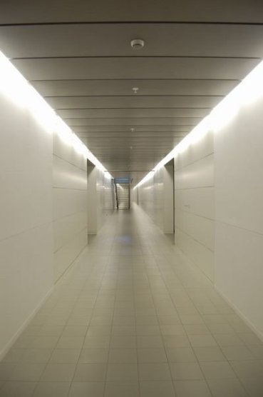 1643694-The-infinite-hallway-0